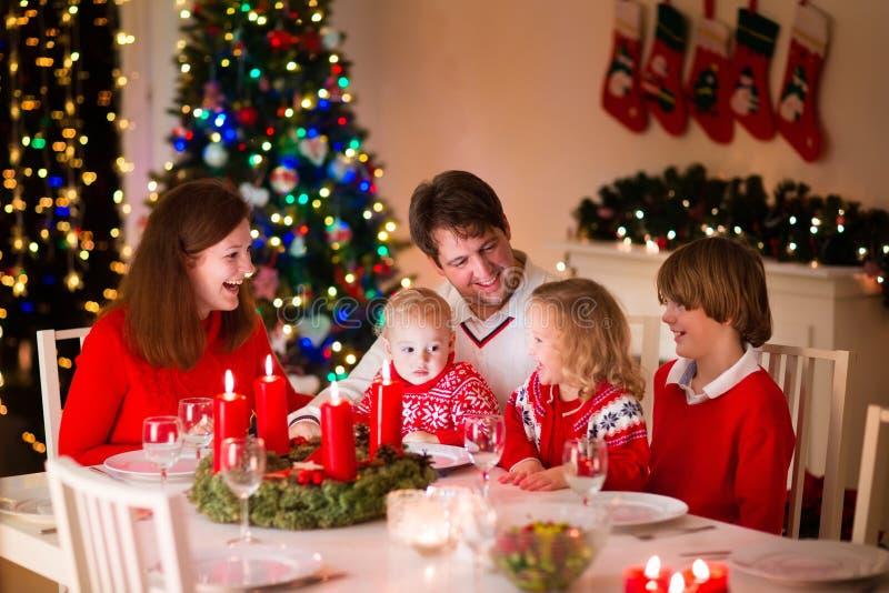 Familj på julmatställen hemma royaltyfria bilder