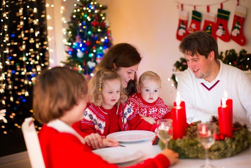 Familj på julmatställen hemma arkivfoton