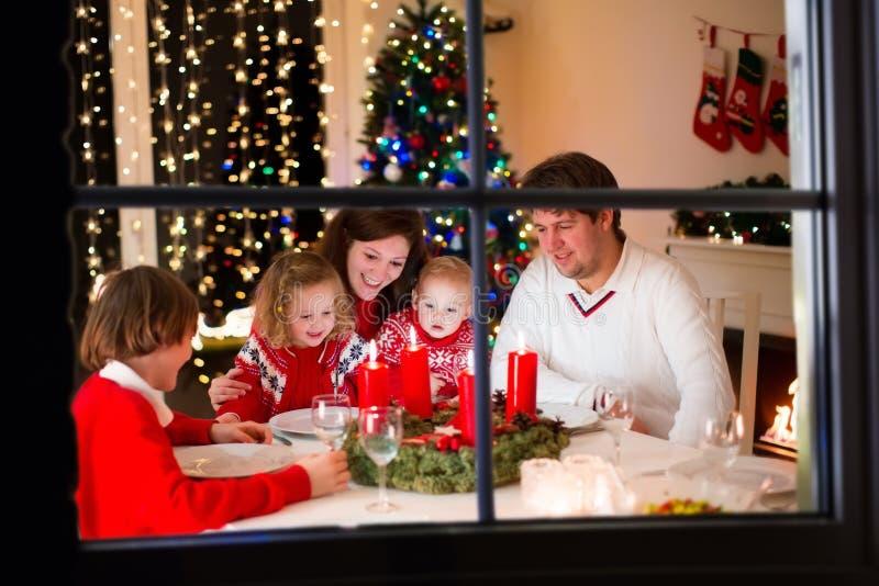 Familj på julmatställen hemma arkivfoto