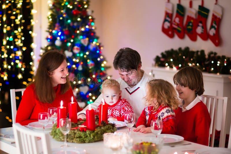 Familj på julmatställen hemma royaltyfri fotografi
