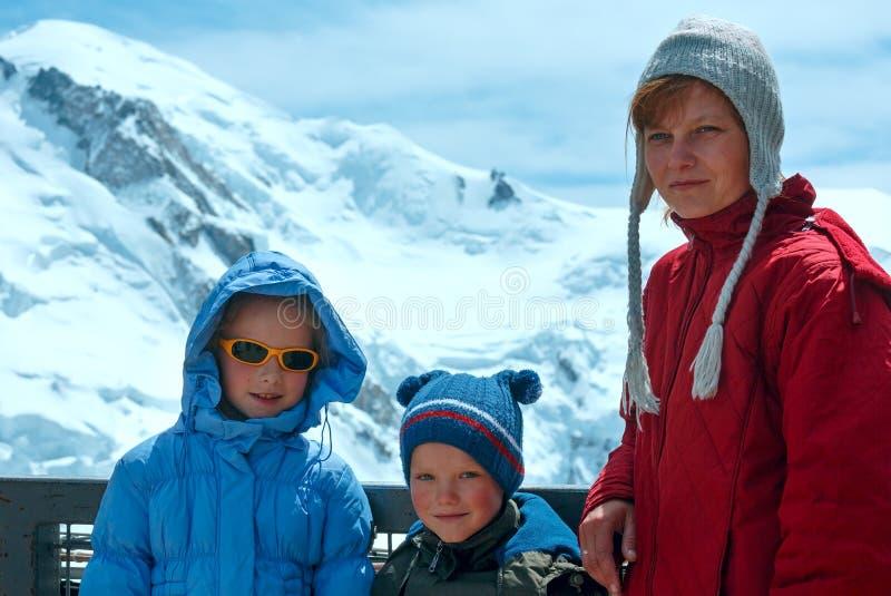 Familj- och Mont Blanc bergmassiv bak (Frankrike) royaltyfria bilder