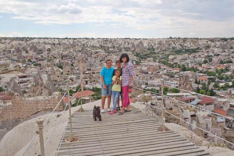 Familj på observationspunkt arkivbild
