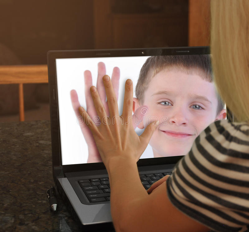 Familj på rengöringsdukkambärbar dator tillsammans royaltyfri fotografi