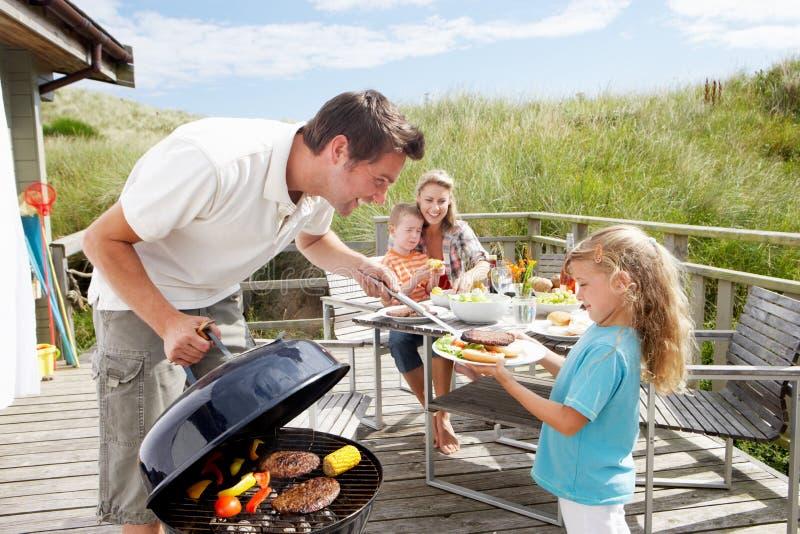 Familj på semestern som har grillfesten royaltyfria foton