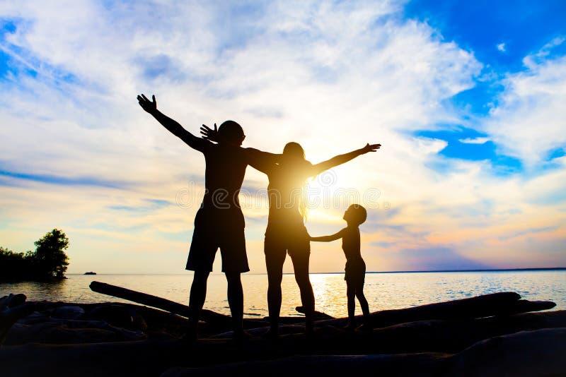 Familj på sjösidan royaltyfri bild