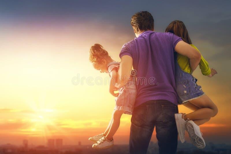 Familj på solnedgången royaltyfria bilder