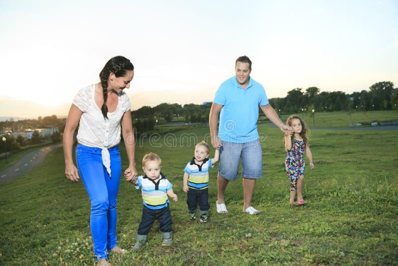 Familj på solnedgången av liv royaltyfri fotografi