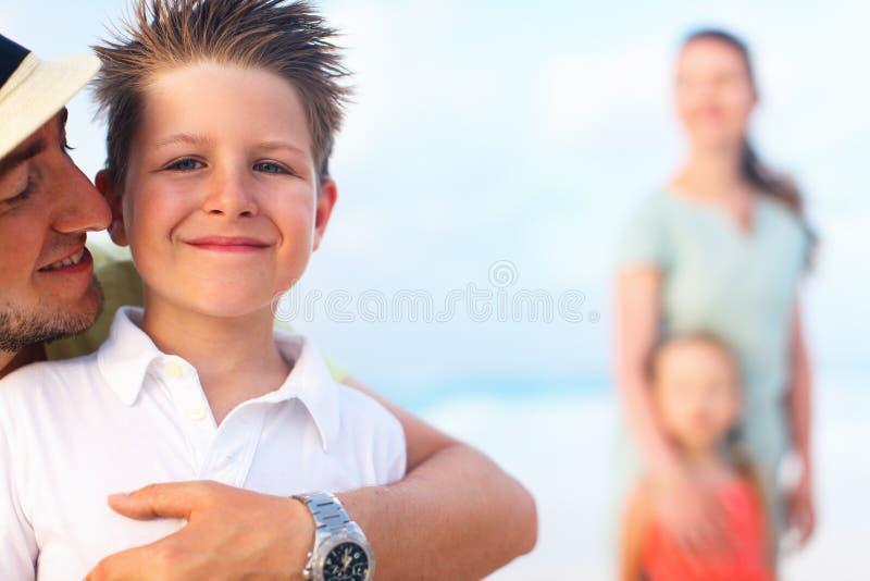 Familj på sommarsemester royaltyfri foto