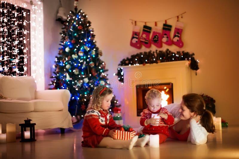 Familj på spisen på julhelgdagsafton arkivfoton