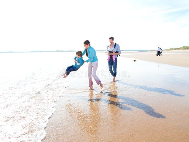 Familj på stranden royaltyfria foton