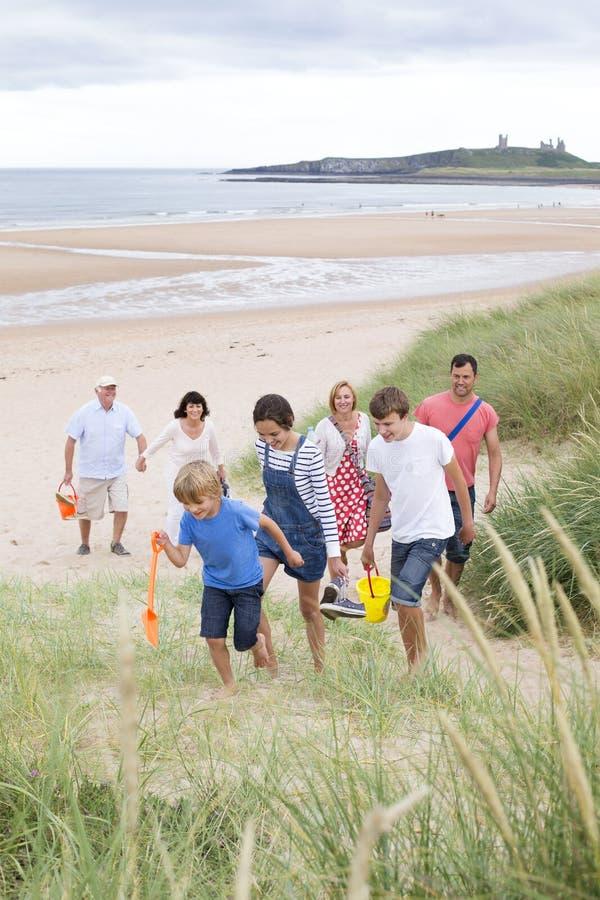 Familj på stranden royaltyfria bilder