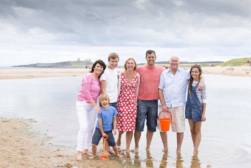 Familj på stranden royaltyfri foto