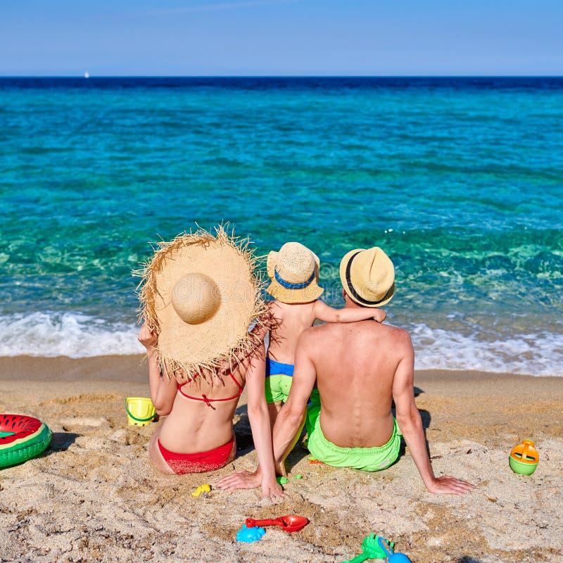 Familj på stranden i Grekland arkivfoto