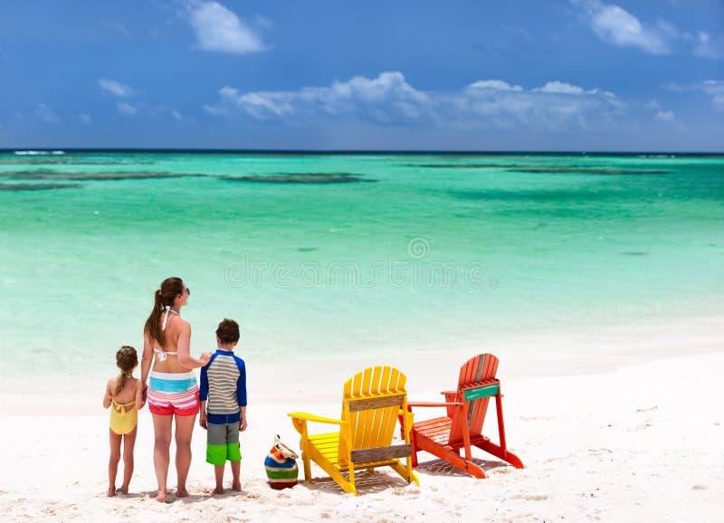 Familj på strandsemester arkivbilder