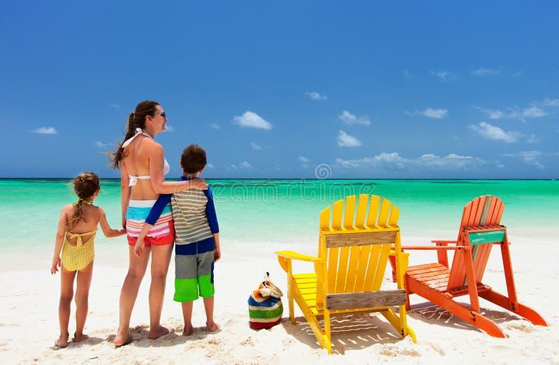 Familj på strandsemester arkivfoton