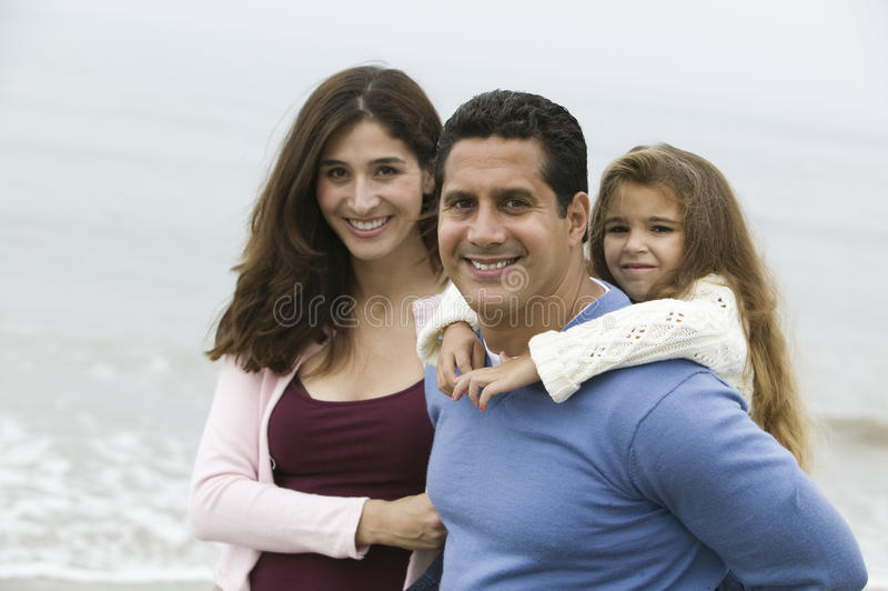 Familj på strandståenden royaltyfria foton