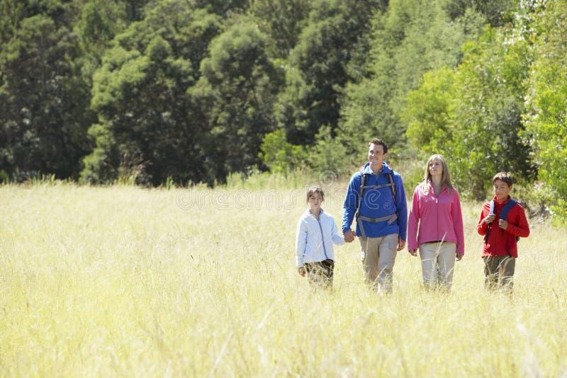 Familj på vandring i härlig bygd arkivbilder