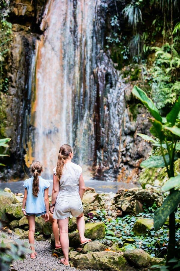 Familj på vattenfallet arkivfoto