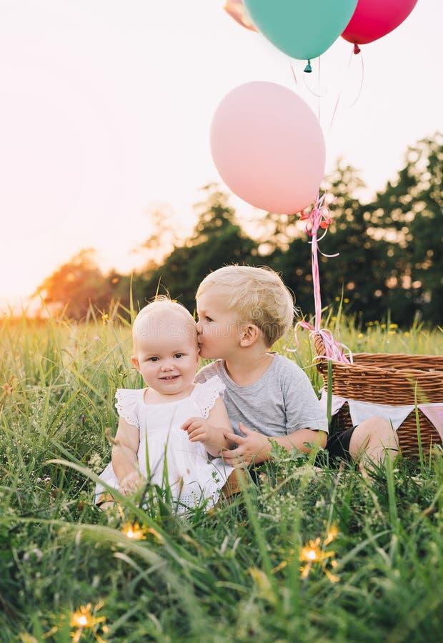 Familj p? naturen barn som leker utomhus royaltyfria foton