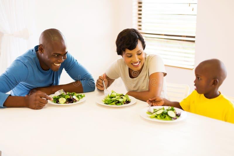 Familj som äter mål royaltyfri bild
