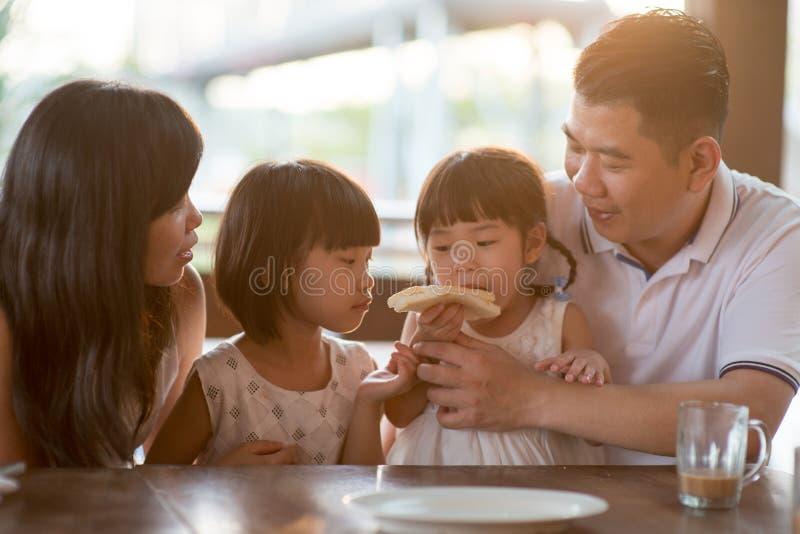 Familj som äter på kafét royaltyfri bild