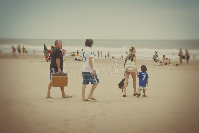 Familj som ankommer till stranden arkivbilder