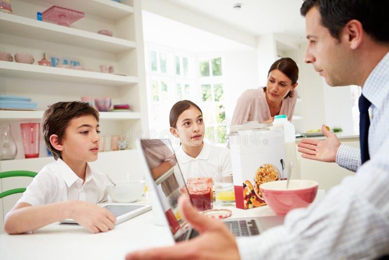 Familj som använder Digital apparater som har argument arkivbilder
