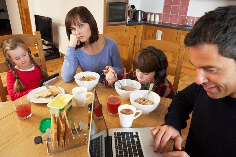 Familj som använder grejstunden som äter frukosten royaltyfri fotografi