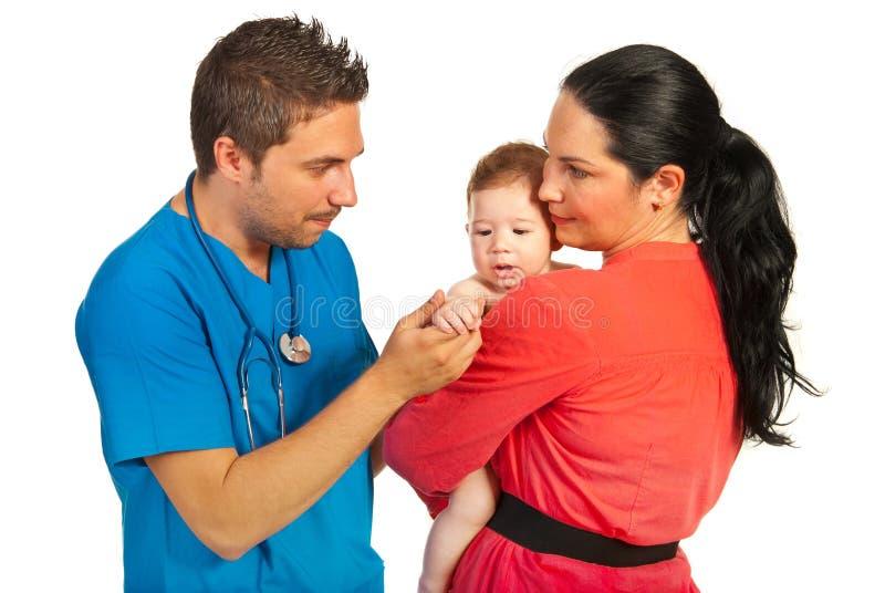 Familj som besöker doktorn royaltyfri bild