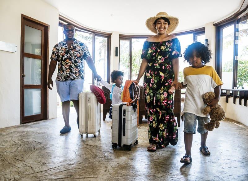 Familj som blir på ett hotell royaltyfria foton