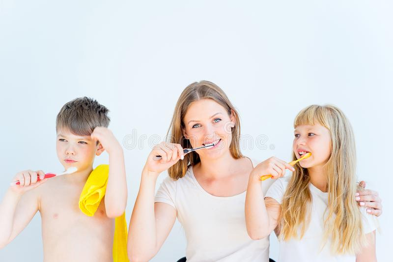 Familj som borstar tänder arkivfoto