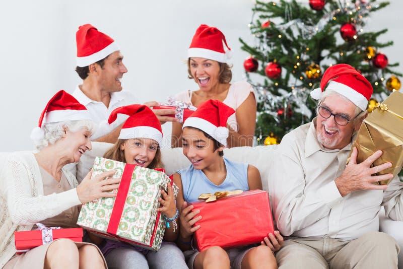 Familj som byter julpresents arkivfoto