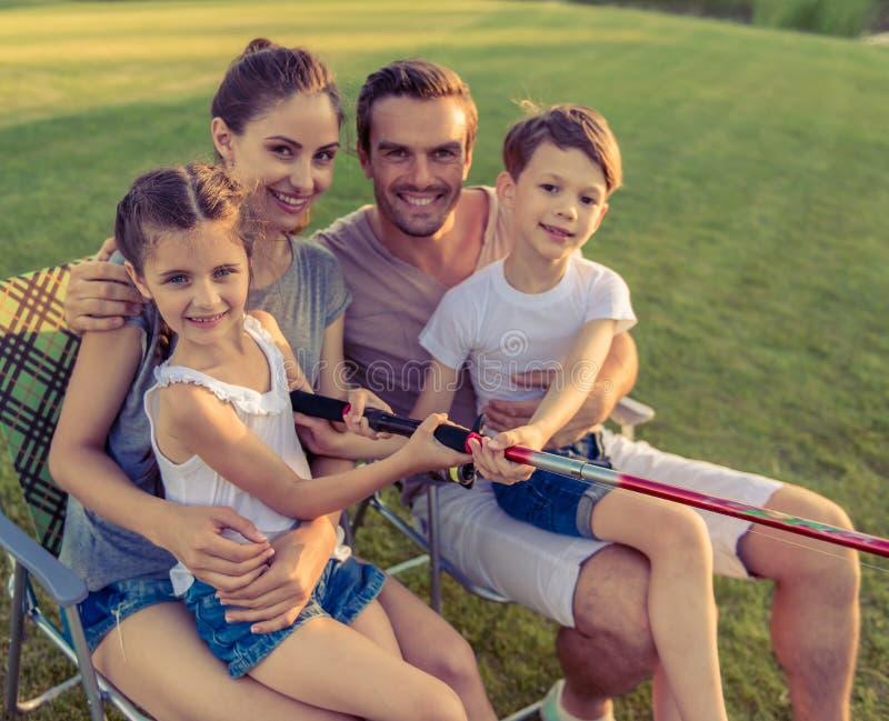 Familj som fångar fisken fotografering för bildbyråer