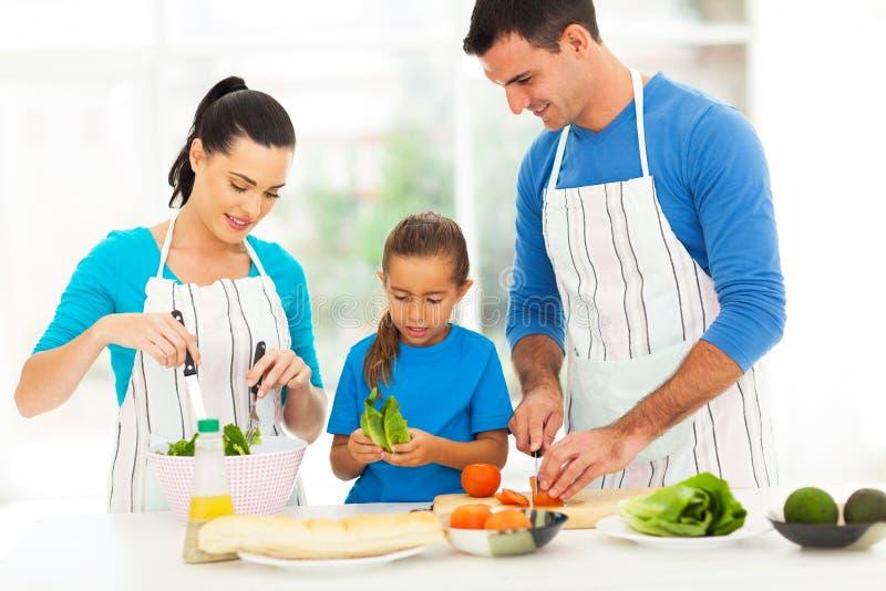 Familj som förbereder mat royaltyfria bilder