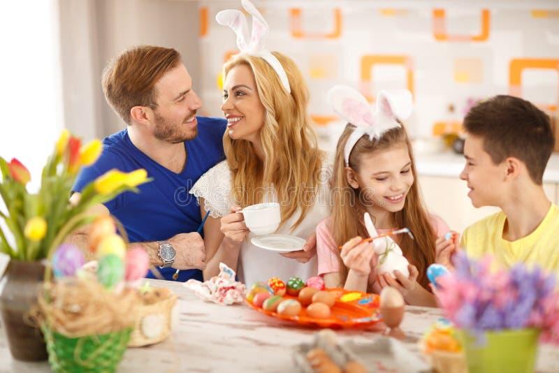 Familj som förbereder påskfestlighet royaltyfria foton