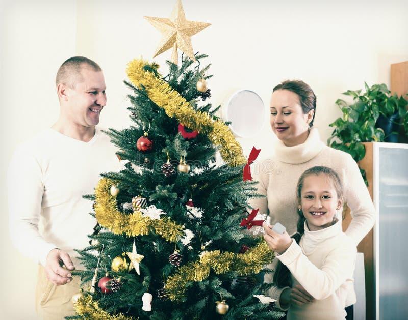 Familj som förbereder sig för jul royaltyfria bilder