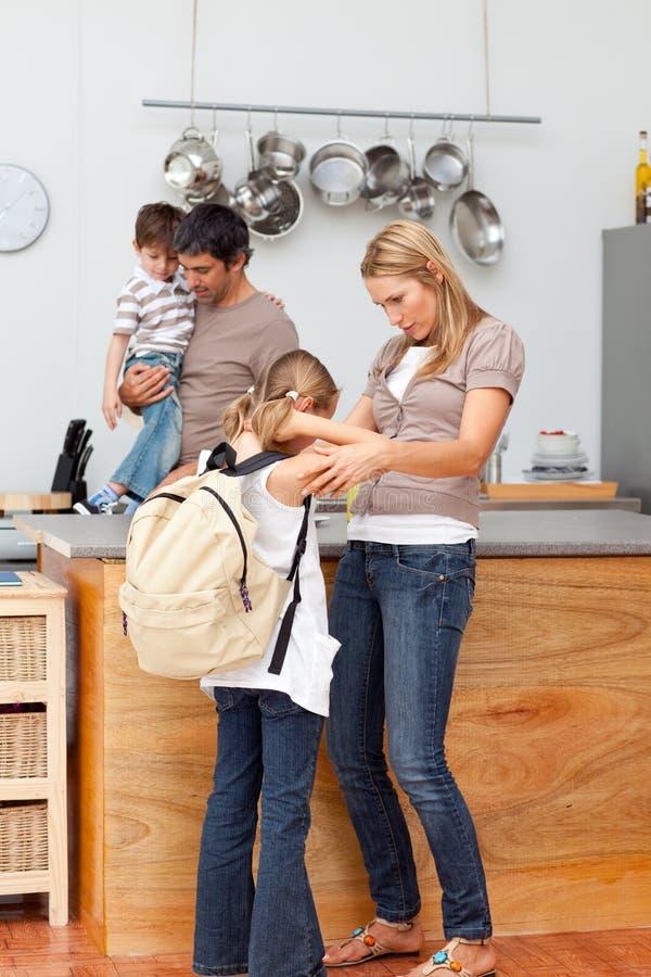 Familj som förbereder sig för skola arkivfoton