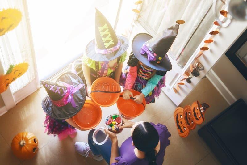 Familj som firar allhelgonaafton royaltyfri foto