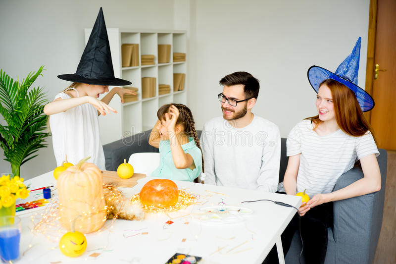 Familj som firar allhelgonaafton arkivfoto