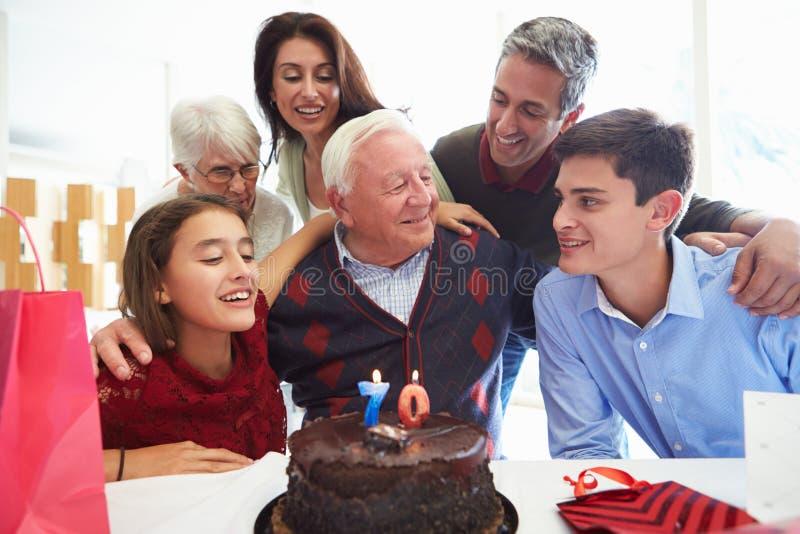Familj som firar den 70th födelsedagen tillsammans royaltyfri fotografi