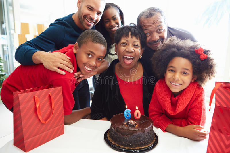 Familj som firar den 60th födelsedagen tillsammans royaltyfri bild