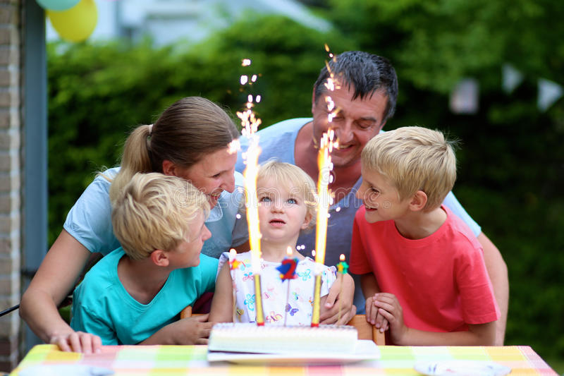 Familj som firar dotters två år födelsedag royaltyfri fotografi