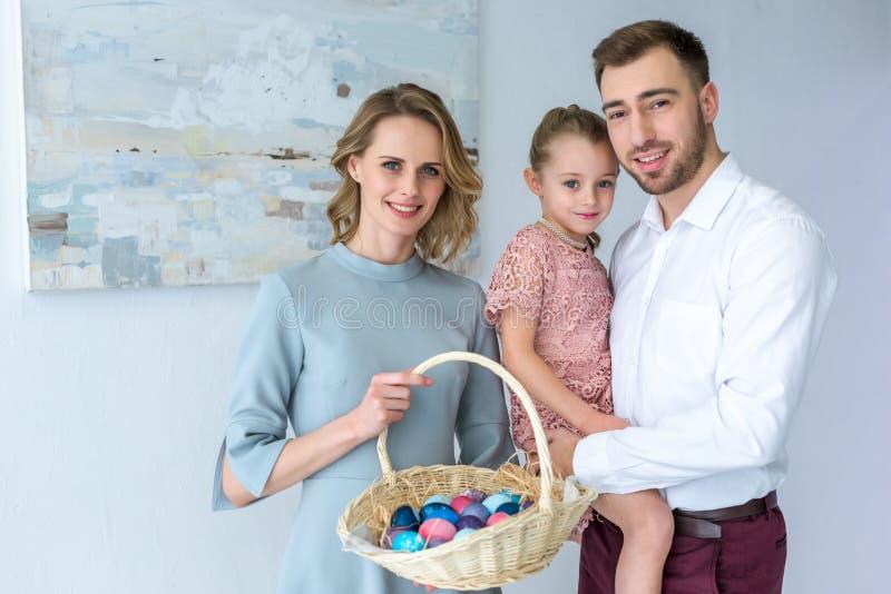 Familj som firar påsk med målade ägg fotografering för bildbyråer