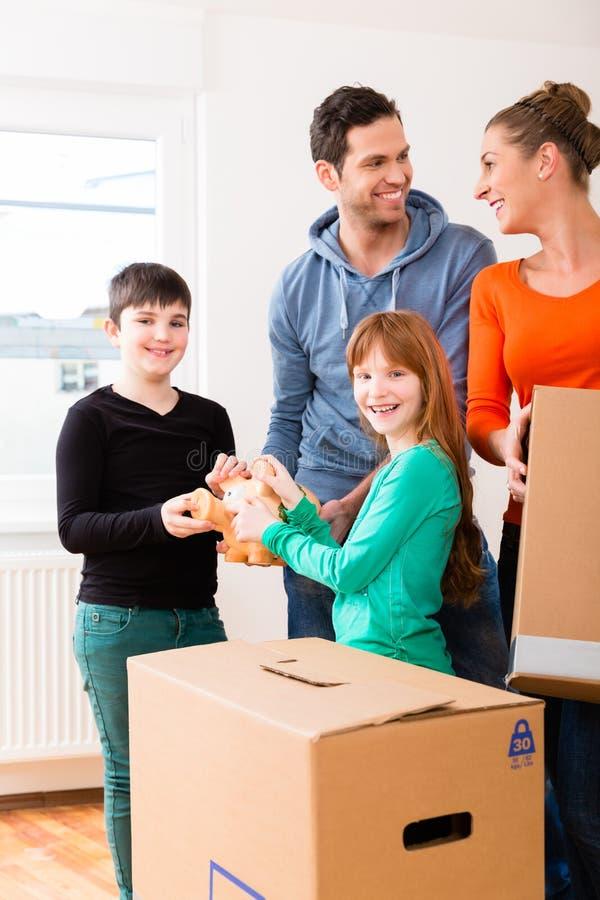 Familj som flyttar sig in i ny utgångspunkt royaltyfri foto