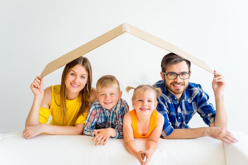 Familj som flyttar sig in i nytt hus arkivfoto