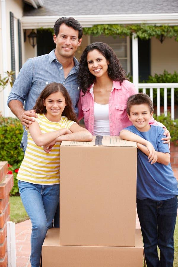 Familj som flyttar sig in i nytt hus royaltyfri foto