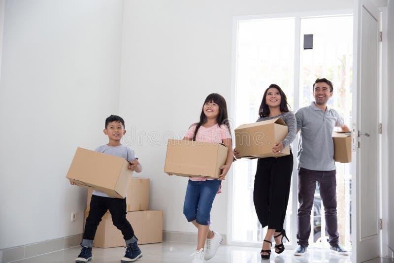 Familj som flyttar sig till ett nytt hus royaltyfria bilder