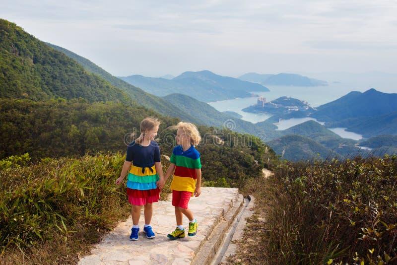 Familj som fotvandrar i Hong Kong berg arkivfoto