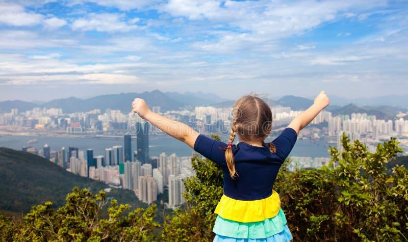 Familj som fotvandrar i Hong Kong berg royaltyfria bilder