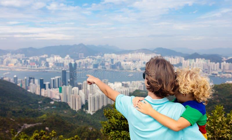 Familj som fotvandrar i Hong Kong berg arkivbild